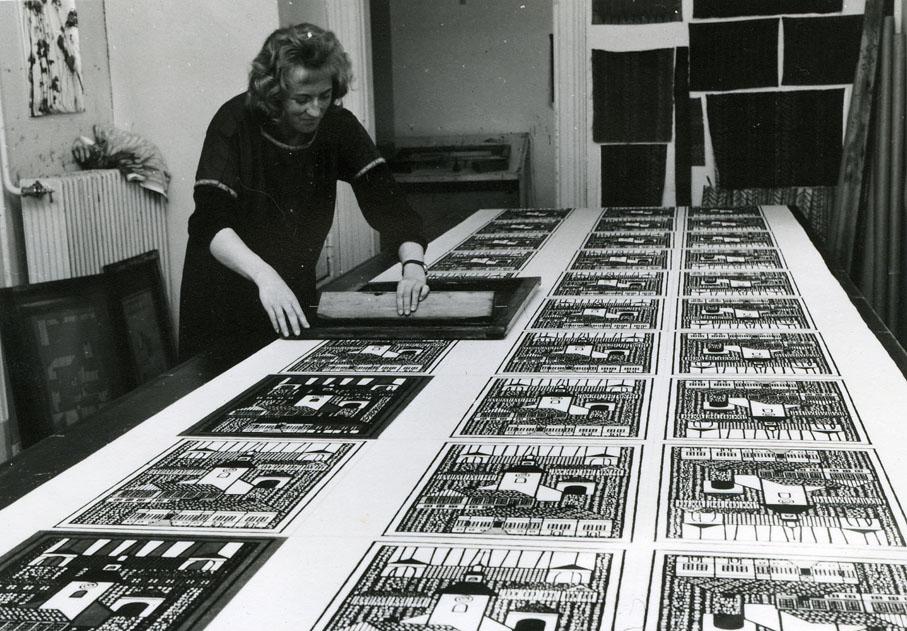 Kjersti Østbø i det hun trykker Old Town (Gamlebyen). Ca. 1960.