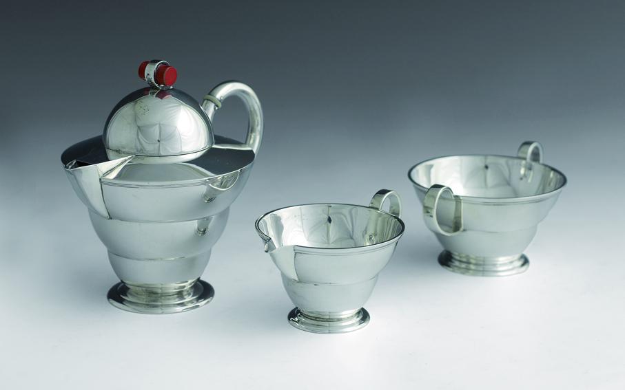 Jacob Prytz og Hanna Visund. Kaffesett. Sølv og rød bakelitt. Utført ved J. Tostrup. Ca. 1932. (Foto: Blomqvist Kunsthandel)