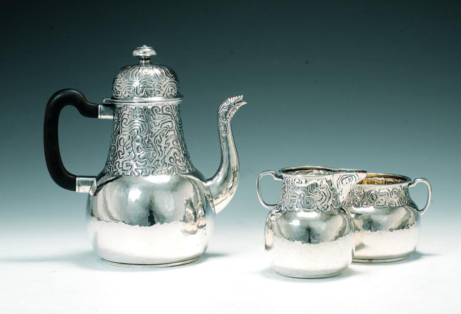Jacob Prytz. Kaffesett. Sølv. Utført ved J. Tostrup. Datert 1916. (Foto: Blomqvist Kunsthandel)