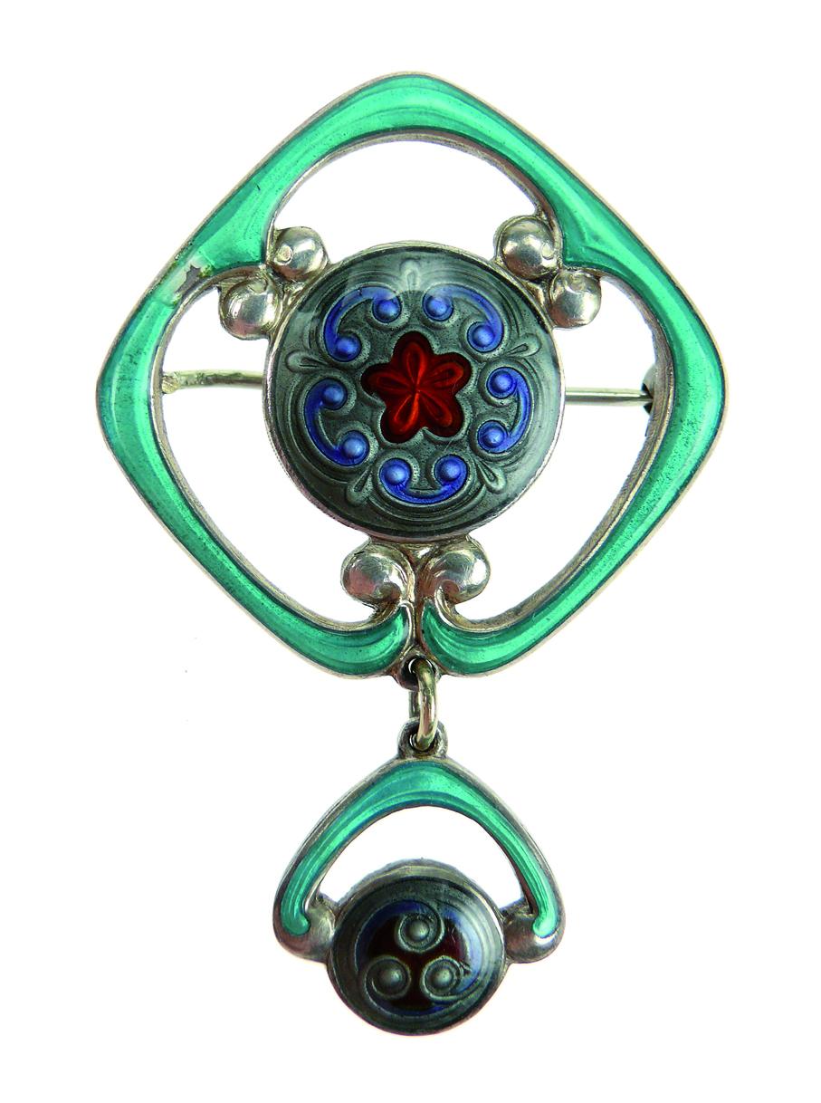 Jacob Prytz. Brosje. Forgylt sølv og speilemalje. Utført av J. Tostrup. Tegnet i ca. 1915. (Foto: Blomqvist Kunsthandel)
