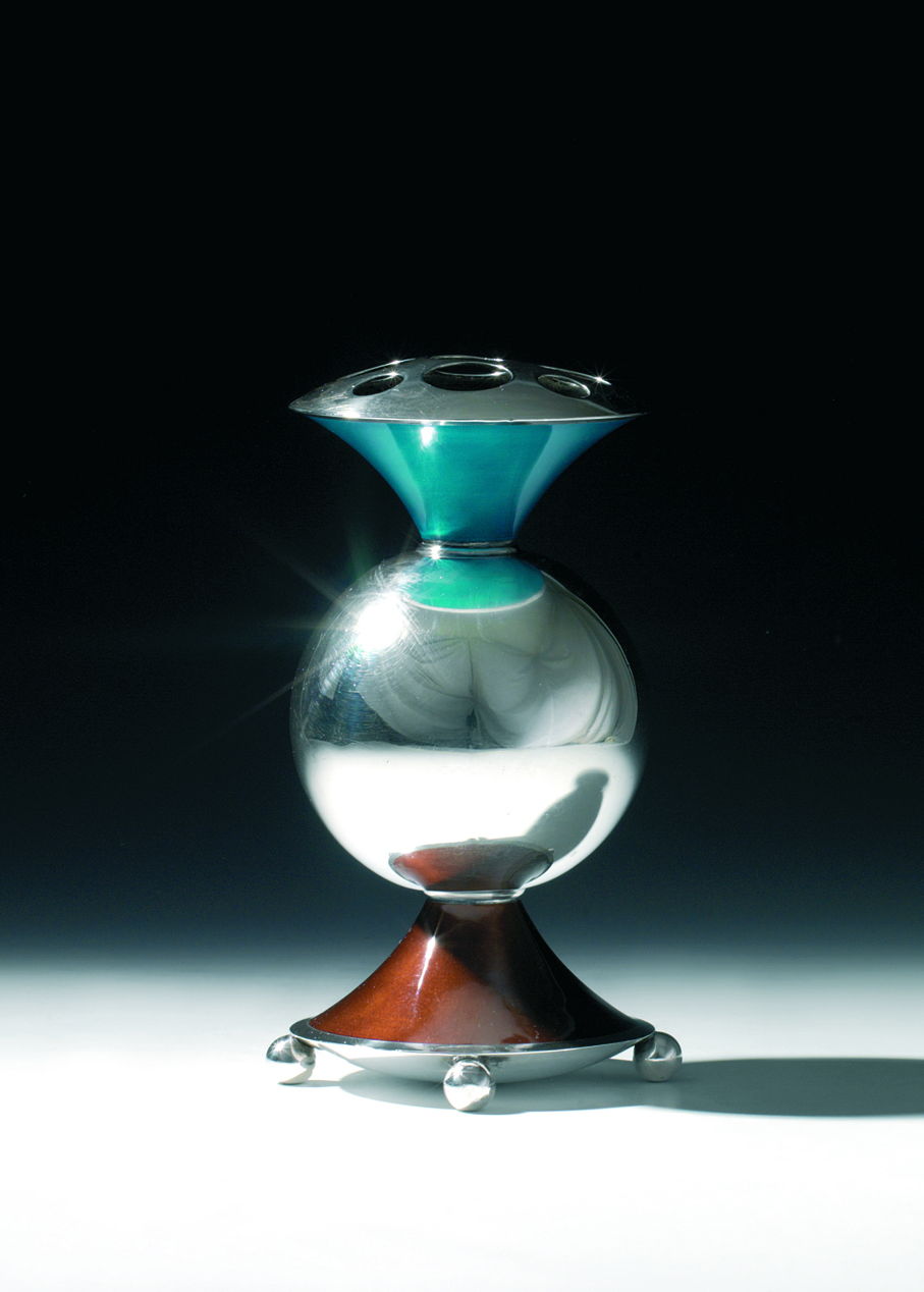 Jacob Prytz. Vase. Sølv og speilemalje. Utført ved J. Tostrup. Tegnet i 1932. (Foto: Blomqvist Kunsthandel)