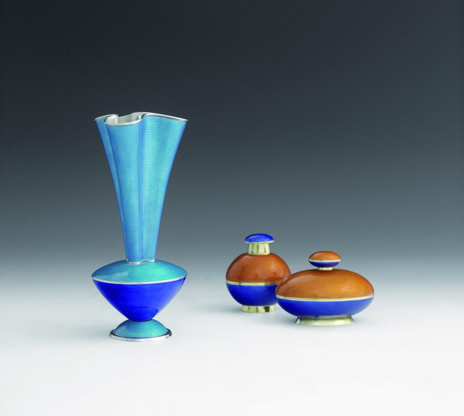 Jacob Prytz. Vaser. Sølv, forgylt sølv og speilemalje. Utført av J. Tostrup. Utstilt på verdensutstillingen i New York i 1939. (Foto: Blomqvist Kunsthandel)