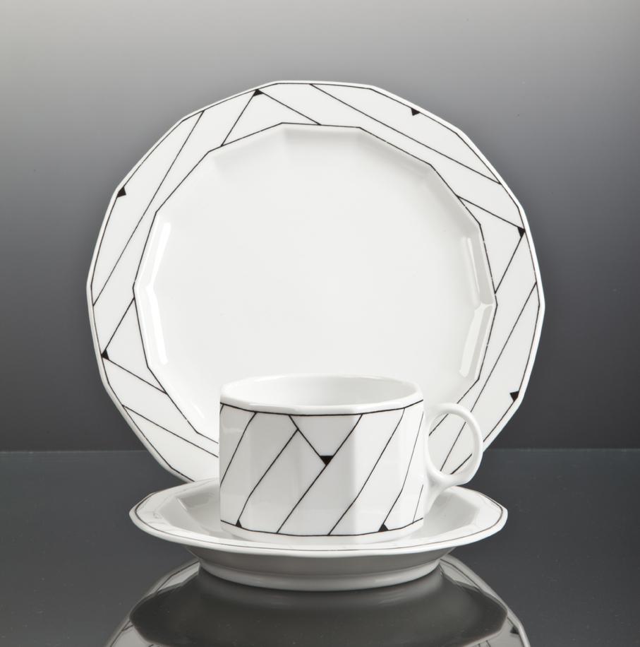 Grete Rønning. Kaffekopp med skål og asjett. Porselen. Modell Octavia. Dekor Pisa Sort. Produsert av Porsgrunds Porselænsfabrik. I produksjon fra 1977. (Foto: Mats Linder)