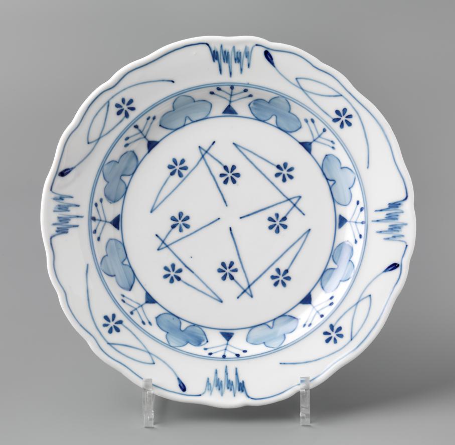 Gerhard Munthe. Tallerken. Dekor: Blaaveis. Utført ved Porsgrunds Porselænsfabrik. 1892. (Foto: Nasjonalmuseet / Frode Larsen)