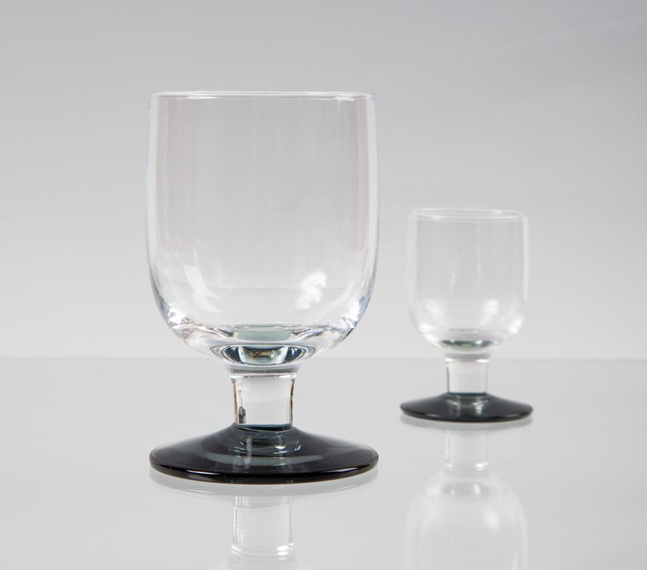 Willy Johansson. Drikkeglass. Modell: Kikki. Utført ved Hadeland Glassverk. Opprinnelig i produksjon fra 1951. Denne variant med grå stett fra 1960. H. 11/7. (Foto: Mats Linder)