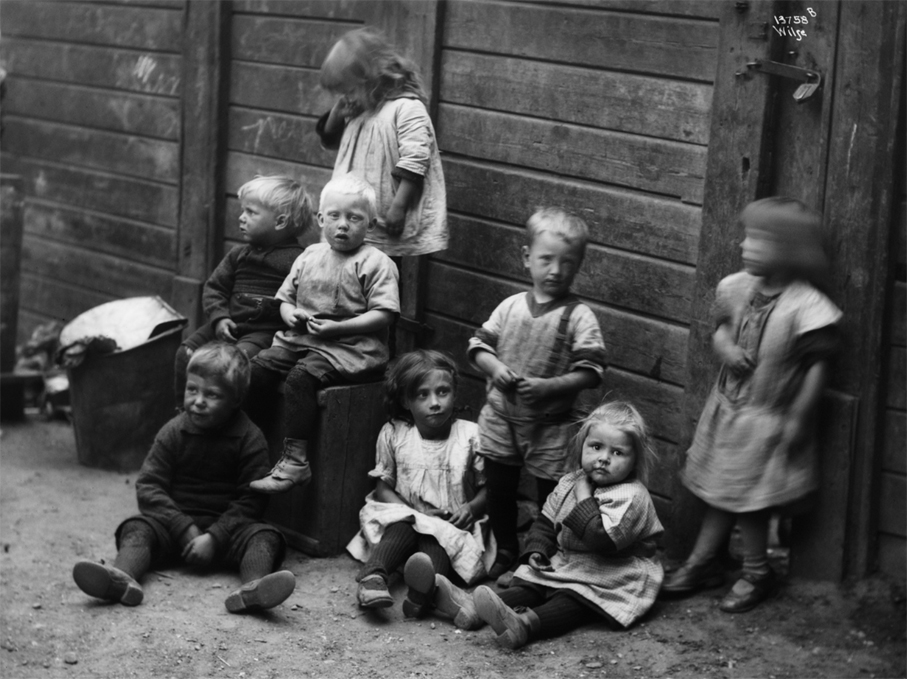 Barn i Gråbeingårdene. 1925 (Foto: Anders Beer Wilse / Oslo Museum)