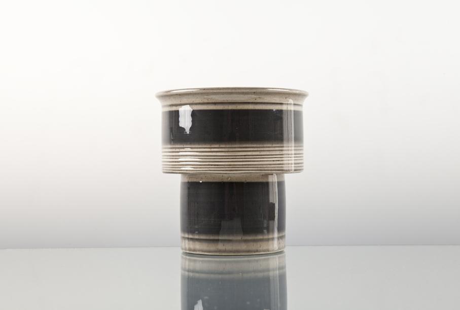 Otto Mulders. Vase. Utført ved Arnold Wiigs Fabrikker. 1960-tallet. H. 13. Kr. 25. (NLM Gjenbruk – Sarpsborg)