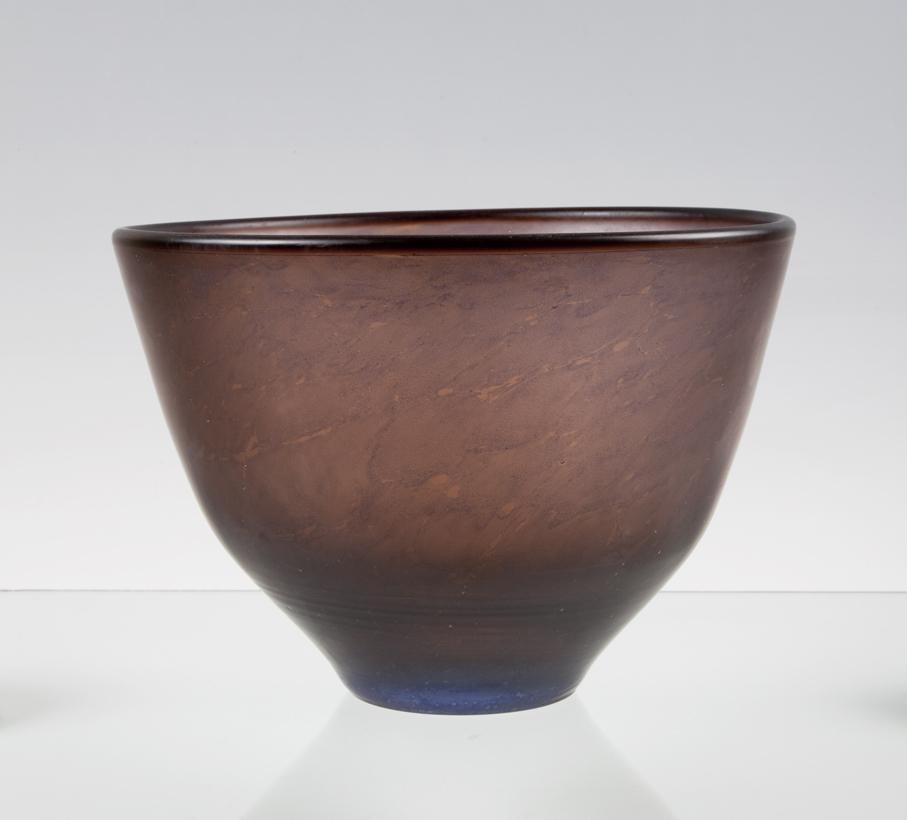 Willy Johansson. Skål. Kunstglass. Modell: K-2139. Utført ved Hadeland Glassverk. H. 18. Diam. 25,5.