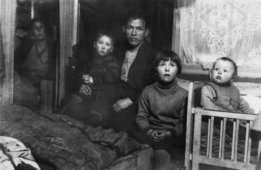 Boligkontrolløren Nanna Broch sitt bilde av en fattig og trangbodd Oslo-familie. (Foto: Nanna Broch / Oslo Museum)