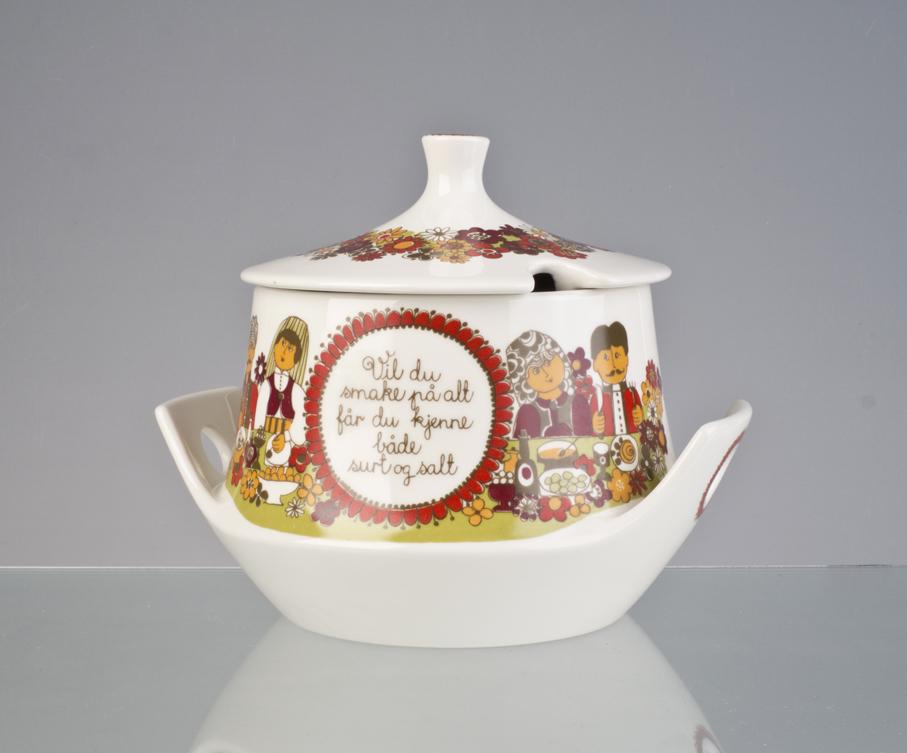 Turi Gramstad Oliver (dekor). Suppeskål. Dekor: Folklore. Produsert av Figgjo. Ca. 1970. (Foto: Mats Linder)