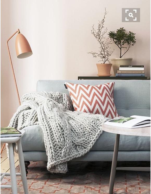 6-sofa-com-manta-e-luminaria-dicas-val-fernandes-para-o-site-Maucha-Coelho