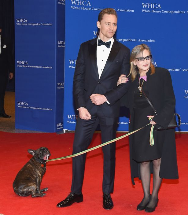 Tom Hiddleston com Carrie e Gary Fisher