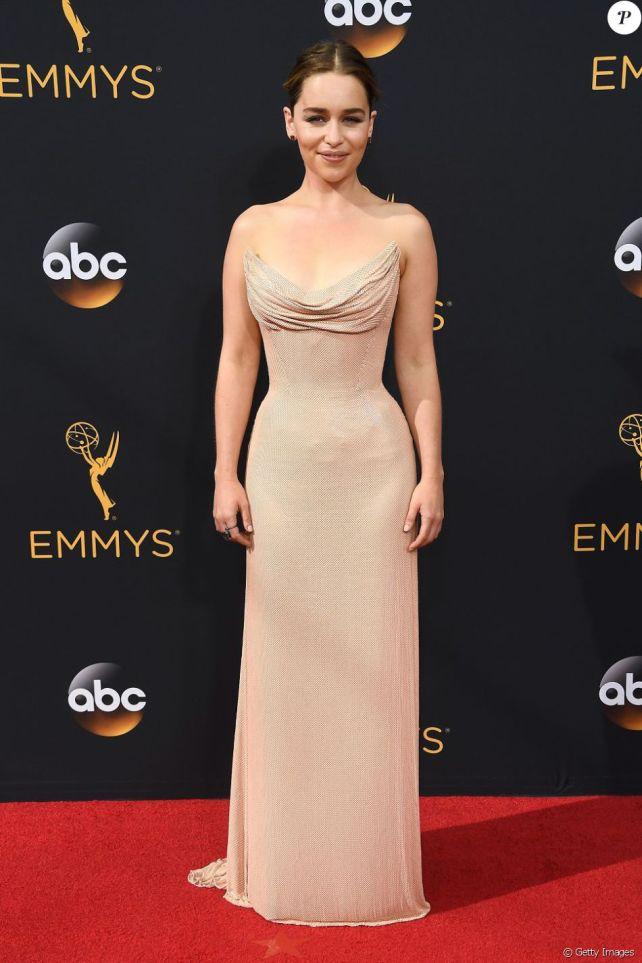 Emilia Clarke veste Versace
