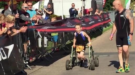 Video: pequeño de 8 años con parálisis cerebral terminó triatlón