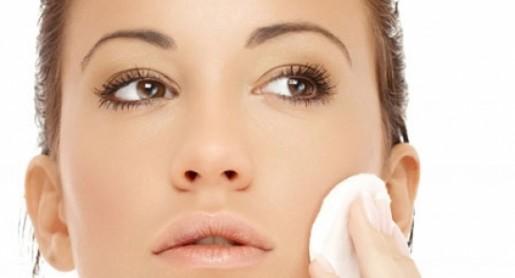 ¿Te duermes sin desmaquillarte? Conoce los serios daños que produce en tu piel
