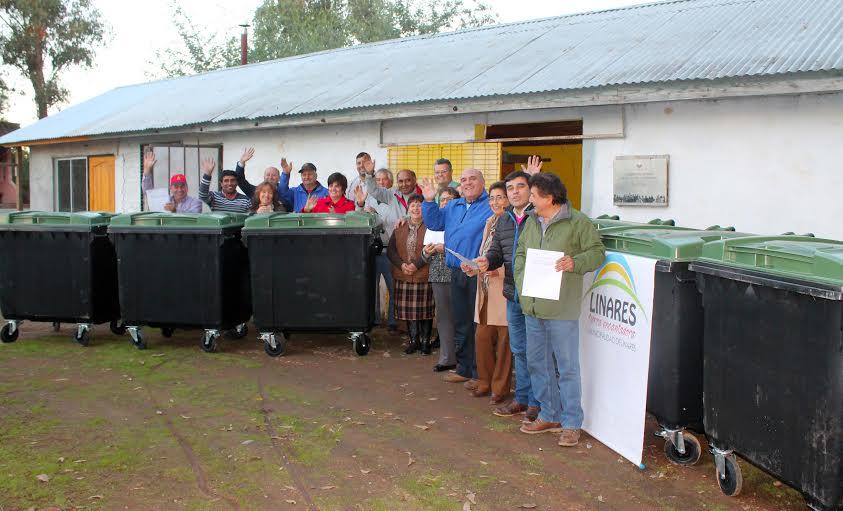Comunidad de Puente Sifón recibe contenedores para el manejo de residuos