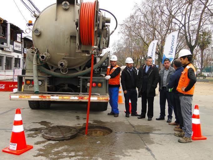 Municipalidad y NuevoSur refuerzan campaña de mantención de alcantarillados de Linares