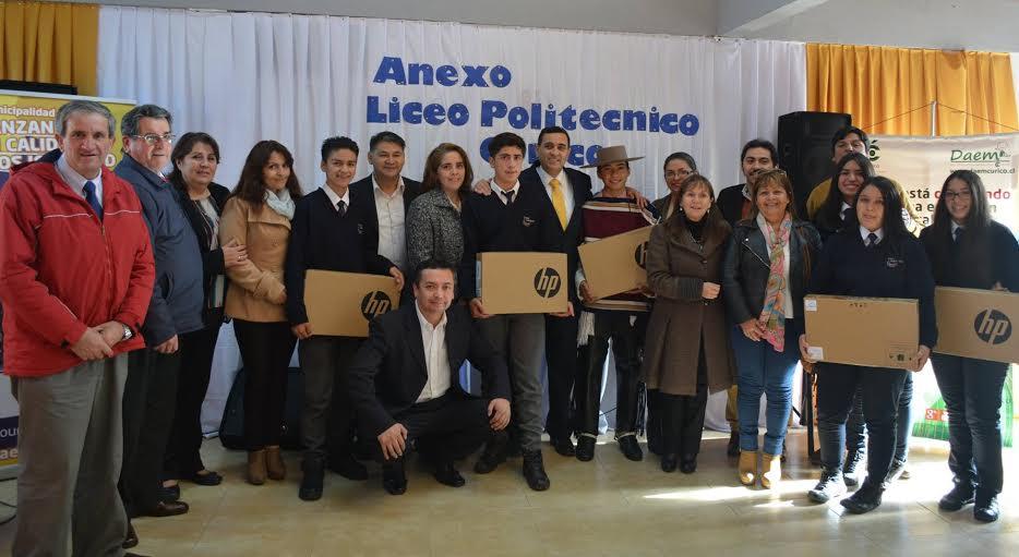 Alumnos del Anexo Agropecuario Liceo Politécnico Curicó recibieron Notebooks de manos del alcalde
