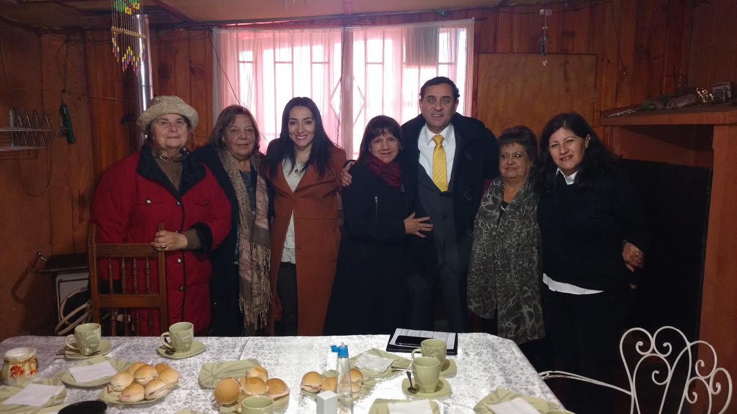 Gobernadora y alcalde de Curicó se reúnen con dirigentes vecinales de villa Electrificación para tratar falta de locomoción