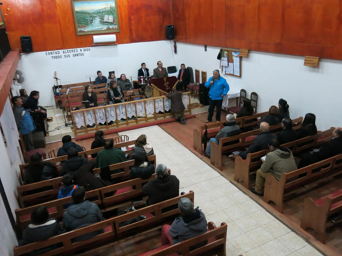 Municipalidad de Cauquenes entrega bancas a iglesia evangélica cristo viene