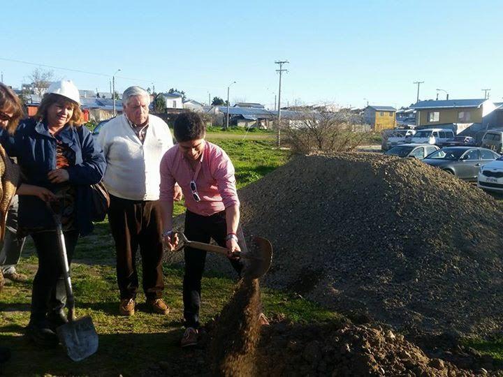 Colocan primera piedra para construir cancha de pasto sintético en villa Diego Portales