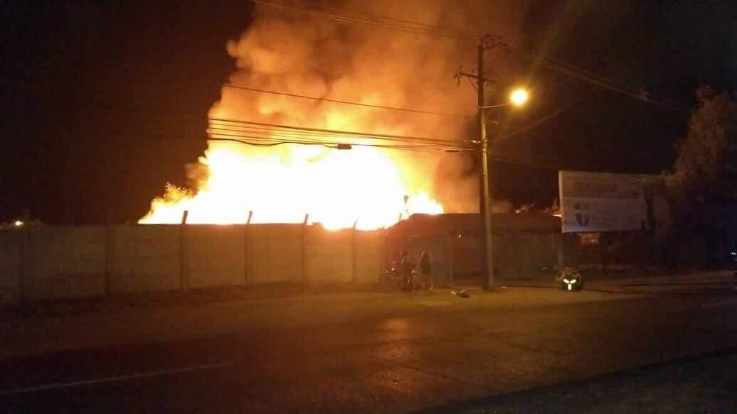 Incendio afecta a bodegas de empresa Tricahue en Talca