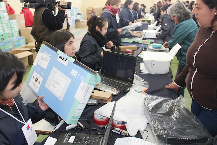 Estudiantes de establecimientos municipalizados reciben computadores portátiles