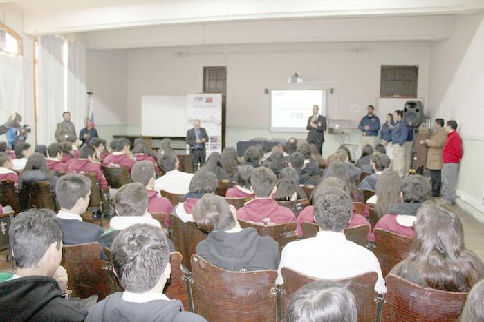 Estudiantes del Liceo Abate Molina reciben charla preventiva sobre consumo de drogas