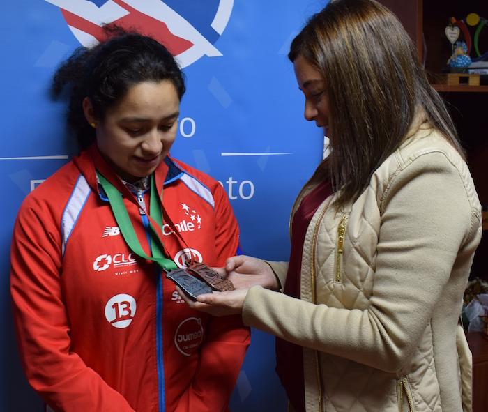 Directora del IND del Maule recibe a medallista Panamericana