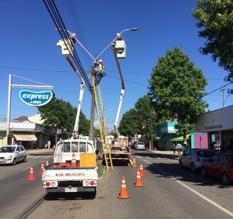 Comenzó instalación de luminarias Led en avenida principal de Parral