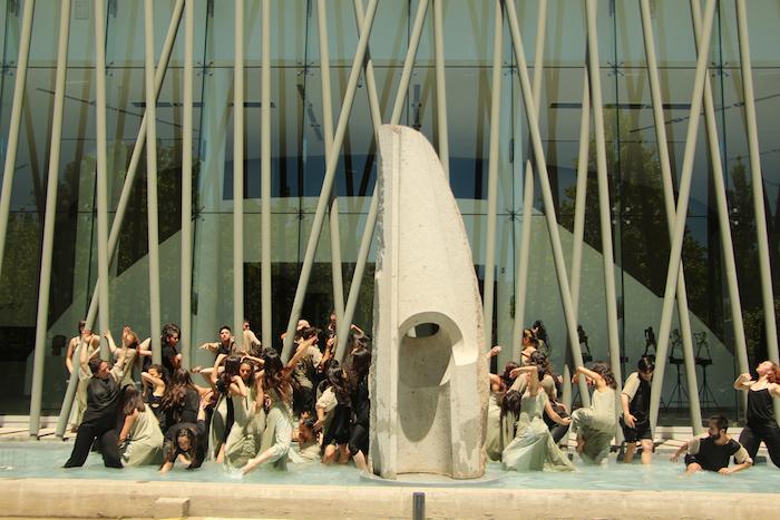 Performance de danza cautivó a estudiantes y transeúntes en Universidad de Talca