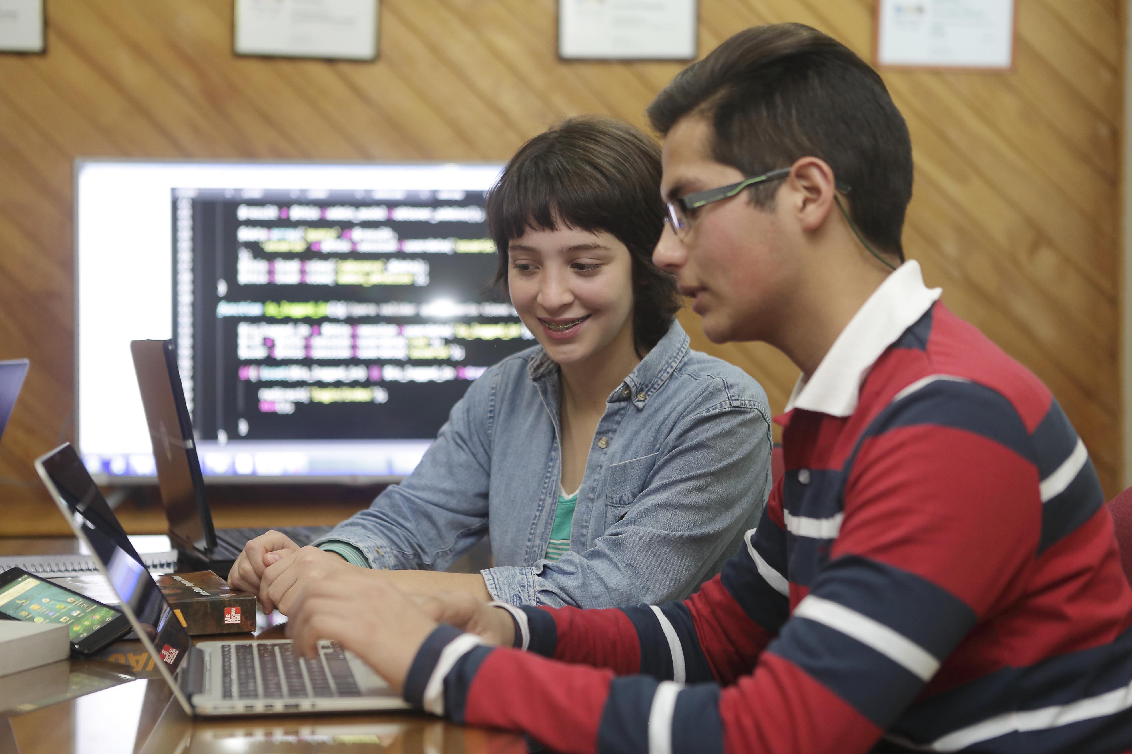 Académicos reflexionan sobre cómo incorporar las redes sociales en la educación