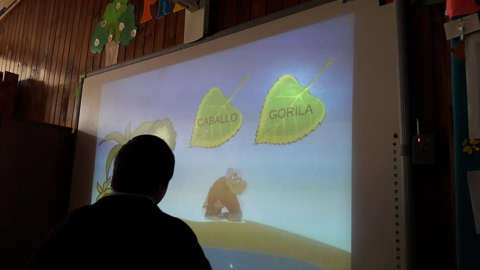 Alcalde Meza hace entrega de pizarras digitales en Escuela Las Violetas