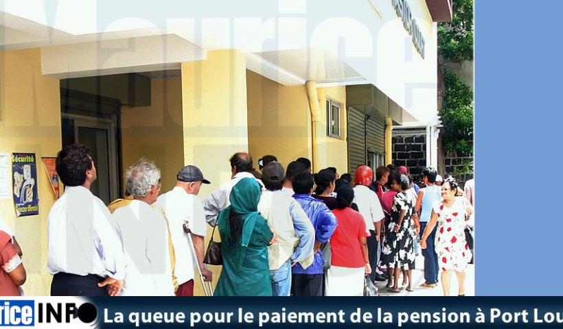 La queue pour le paiement de la pension à Port Louis