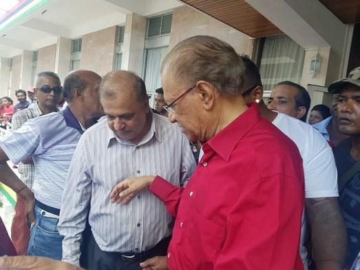 Dr Vasant Bunwaree en compagnie de Navin Ramgoolam