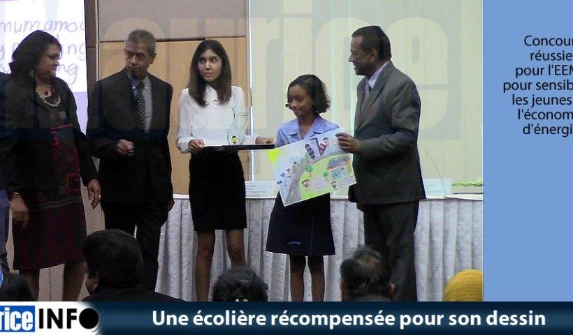 Une écolière récompensée pour son dessin