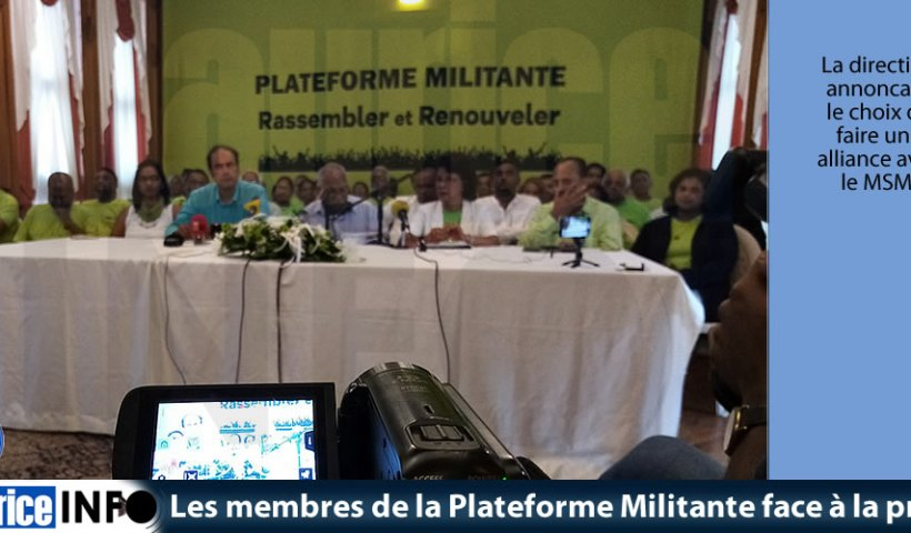 Les membres de la Plateforme Militante face à la presse