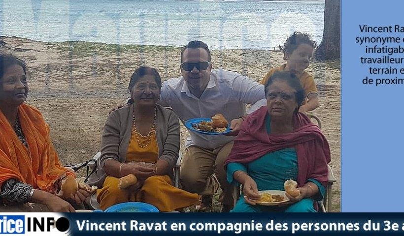 Vincent Ravat en compagnie des personnes du 3e age