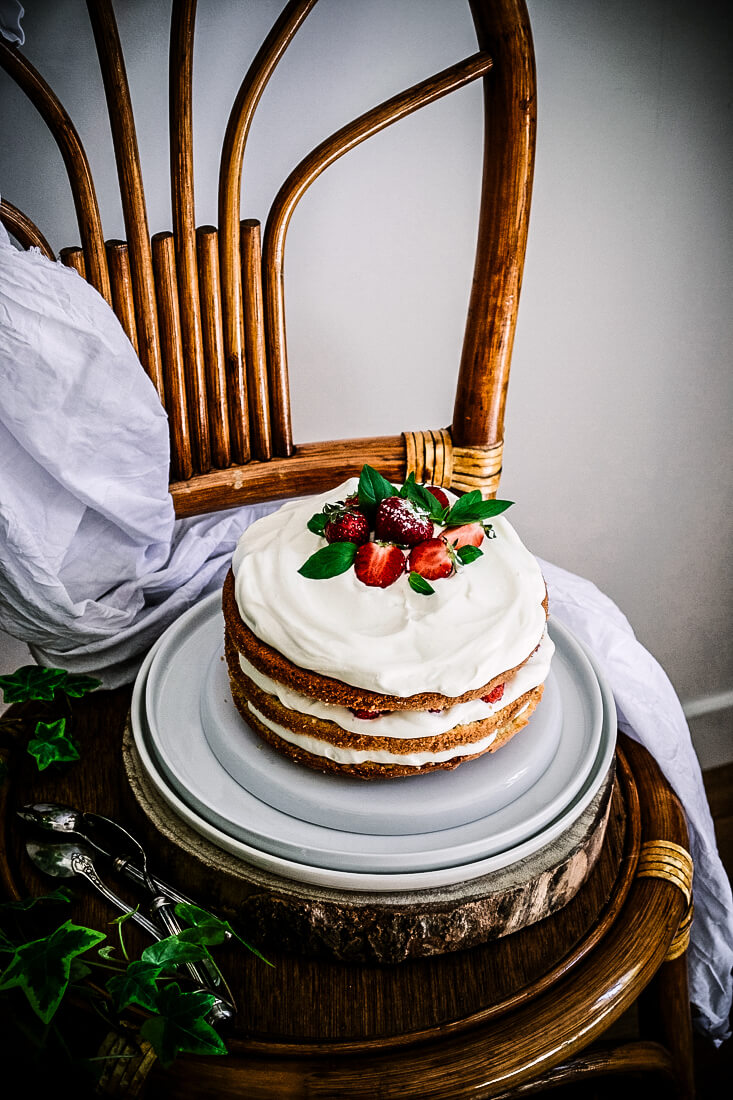 Sponge cake, chantilly infusée au basilic, fraises