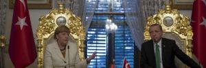 Merkel con l'ottomano sul trono