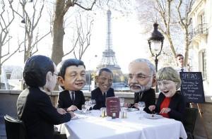 I paddroni a tavola. Paghiamo noi il conto.