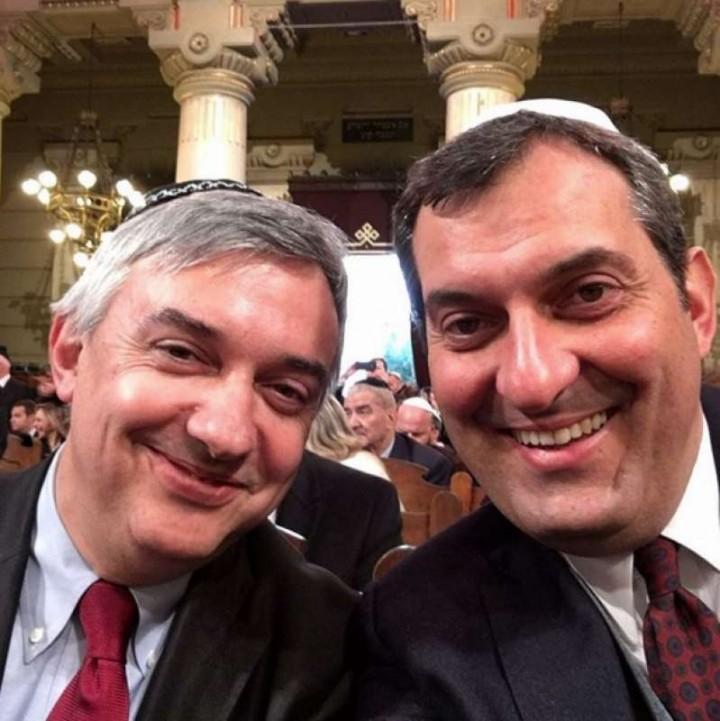 Maurizio Molinari appena nominato direttore diLa Stampa,festeggia con Calabresi, appena elevato a direttore di LaRepubblica. Due voci oggettive e pluraliste.