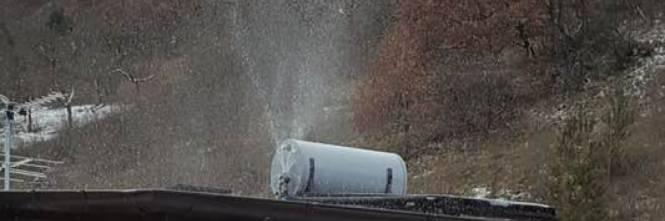 Un boiler esposto al gelo esplode. Niente acqua calda. (Bella foto).