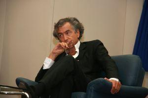 La Rai intervista in ginocchio Henri-Lévy