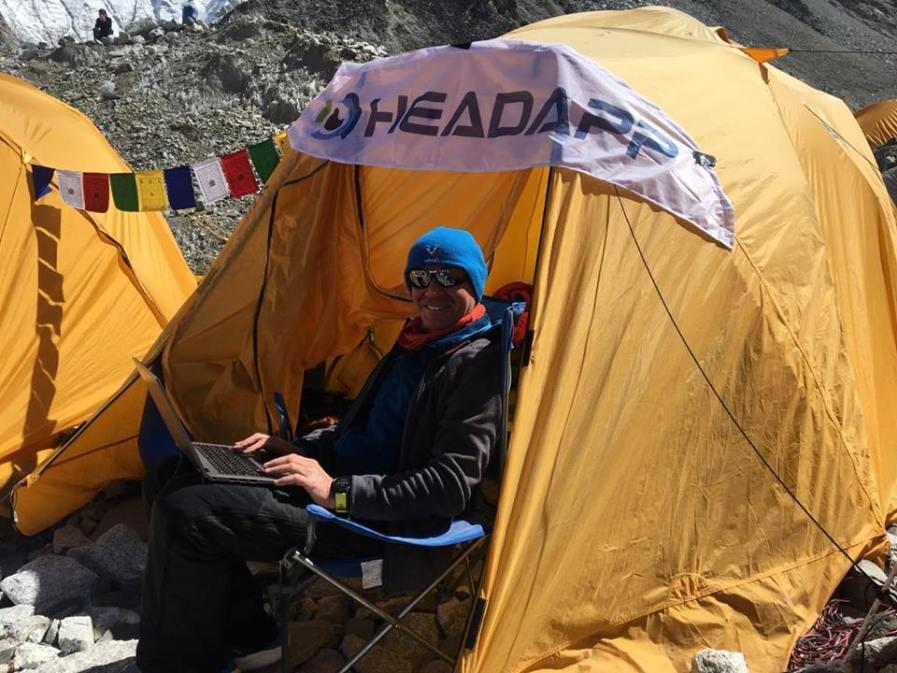 Maurizio Cheli sull'Everest con HeadApp