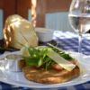 Carré suino a milanesa e salada de verdes, tomate cereja e tiras de parmesão, acompanha molho de mostarda Dijon GO Where Gastronomia Le Vin Bistrot Chef Etevaldo Alves