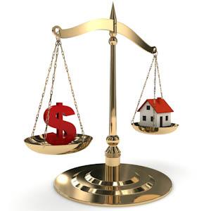 Imagem com uma balança simbolizando a avaliação de imóveis, de um lado da balança o simbolo do dinheiro e do outro lado da balança uma imagem de uma casa - imóvel