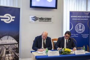 Homolya Róbert és Merkely Béla aláírja a megállapodást