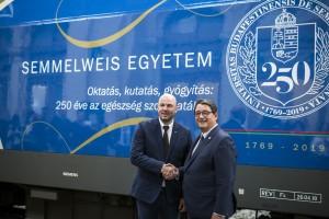 Homolya Róbert és Merkely Béla a felmatricázott mozdonnyal