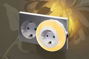Auraglow Veilleuse automatique LED multicolore avec capteur photosensible pour une lumière du crépuscule à l'aube munie d'une prise électrique